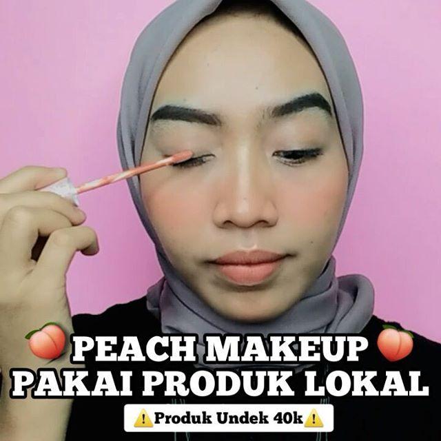 "Peach makeup look pakai produk lokal dari @purnamabeautyofficial 😍 . . 🍑 Lipcream ""Peach Pop""  Btw ini lipcream nya bisa juga untuk blush ataupun eyeshadow. Ada 4 shades. Fav aku salah satunya Peach Pop. Warnanya kalem gituuu❤ 🍑Blush On ""Sunset Rise"" Sekali usap warnanya langsung keluar dong❤ MANTUL banget khannn?!?!!! Terus pigmentasinya juga oke bangetttt. Produk lokal kualitas mwantap polll😍  Oiya untuk harganya cuma 39k. Kalian bisa order di @purnamabeautyofficial yaa❤ . . . . . . @cchannel_beauty_id @cchannel_id @cchannel_makeup_id @tipsmakeup_id @buat.cantik @tiktokofficialindonesia @hijabersbeautybvlogger #tiktokid #tiktokbeautycreator #tiktokvideos #instalike #lfl💛 #beautyindogram #indovidgram #likeforlikes #zonamakeup #tipsmakeupid #beautycc #cchannelfellas #cchannelmakeupid #ragamkecantikan #zonacantikwanita #elpeachbeauty #makeupkarakter #ootdhijabwanitacantik #cchannelbeautyid #tipsmakeupmudah  #dandancantik #fyp #fypage #zonamakeup #lipsyncwithhanum #ootdhijaberskeceh #dramaticmakeup #videomakeuptutorials"
