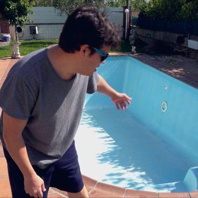 Estoy probando efectos de fluidos en cinema 4D, y claro... Lo he tenido que hacer, lo siento... #cinema4d #c4d #aftereffects #render #vfx #piscina #verano #gastroentiritis #realflow #xparticles