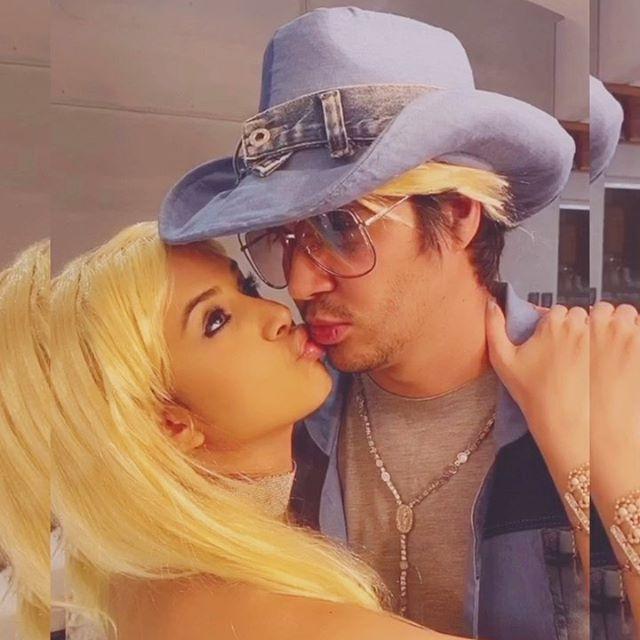 Ai Gabi, só quem viveu os anos 2000 sabe kkkk. Britney Spears de Marré e JustinUó na nossa primeira Ricas Live Party. E essa super produção desse clipe? 😂😂😂 - - #fantasiasrm #fantasiasricademarre