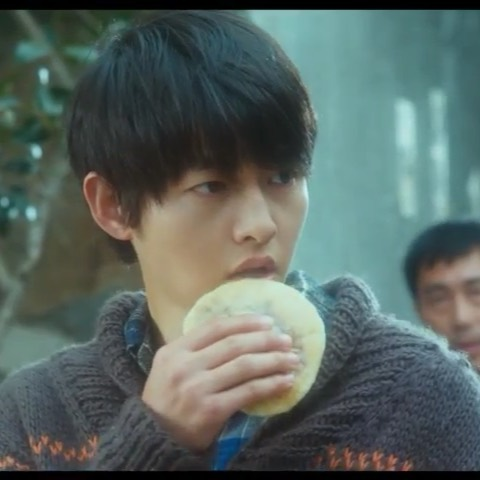 it's that time of year - when you start craving Korean soul street food: hotteok scene from: A Werewolf Boy ⠀ #뜨거우니조심하세요 #호떡 #늑대소년 #송중기 #hotteok#awerewolfboy #songjoonggi