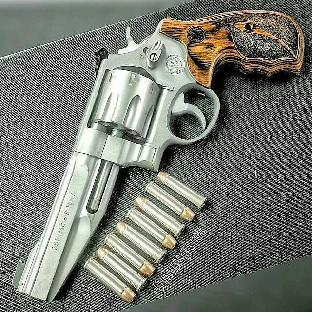 Smith & Wesson 627 8-shot .357 magnum  It comes with two styles of grips, but I like the wood  @GunWebsites #GunWebsites  #RevolverLife #SmithAndWessonRevolver #smithandwesson #Revolvers #357magnum #TooBadAboutTheLock #HillaryHole  #PanderingToRevolverLovers