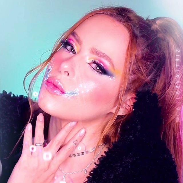 """#SABAOCHALLENGE 🧼 Me responde se tá NÍVEL HARD 🤪 Quero ver vocês fazendo tbmmm!🖤 . . . Entenda o Challenge 🎶 Música: Soap - Melanie Martinez (mas juntei com remix tb)  Tradução da parte q ta no vídeo: """"(...)Deus, eu gostaria de nunca ter dito nada. Agora eu tenho que lavar minha boca com sabão"""" . . . . . . . #tegustachallenge #fingerchallenge #makeup #hudabeauty #amomaquiagem #fakeupfix #foxyeyes #trucco #trendsetterchallenge #savagechallenge #gingadochallenge #arrowchallenge"""