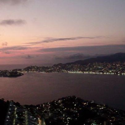 Acapulco Dreamers ! By Mexico's #1 🏆travel expert @rudy.valdes 🤛🏻👌🏼 . . . #acapulco #bellopuerto #elbellopuerto #sunset #bay #acapulcobay #blindinglights #aca #acarocks #dji #drone no