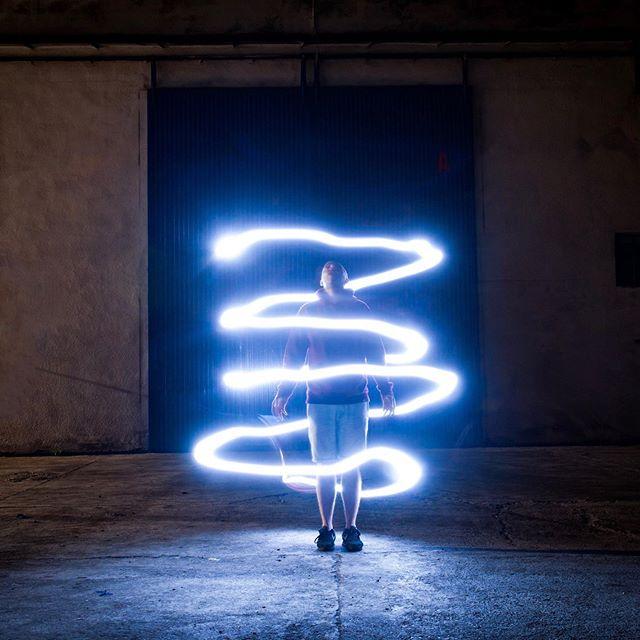 👼🏻 ÁNGEL O DEMONIO 😈 • ▶️▶️ Desliza... ¿eres más 1 o 2? 🎇 • Sesión de #lightpainting con @bernardello , jugando con las nuevas luces @aputure.lighting , y experimentando con la @gopro , la @sony y la @nikoneurope 📸 🎥📱 El vídeo completo con tutorial para aprender, lo tenéis en @youtube !!👌🏻 • @goproes #gopro #goproes #hero8black #nightphotography #creativephotography @nightphotography #nightphoto