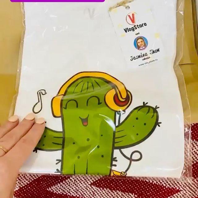 Pentru toți prietenii noștri de pe YouTube și instagram(pentru toți cei care o iubesc pe Jasmina și Melissa) noi împreuna cu @vlogstore.ro am confecționat o colecția frumoasa de tricouri cu marca Jasmina Show. Tricouri vesele,colorate,calitative și de diferite mărimi!!! Puteți sa faceți cadou celor apropiați sau singuri sa va bucurați de un cadou frumos comandând tricourile de pe site-ul VlogStore.ro Intrați in istoria mea și faceți swipe up (trage pagina in sus) și intrați direct pe site de unde puteți face comanda... Va îmbrățișăm cu mult drag!!!#jasminashow#tricourijasminashow#merch #merchjasminashow#podoleanusergiu