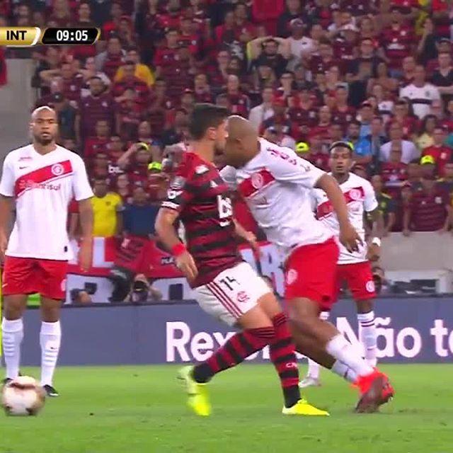 Categoria + raça! Que saudade de um sábado de futebol! . . . #Flamengo #Internacional #BrunoHenrique #Patrick
