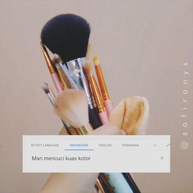 Cuci kuas dipandu Google 😎 Terinspirasi oleh @arindatan yang terinspirasi oleh kak @soniaeryka 🥰  Yuk yang gabut yuk, kali aja ada kuas yang kotor karena dipake atau karena debuan 😩. Cuci dulu kuasnya mumpung banyak air dan cuacanya terang ☀️ Brush Cleaning Mat dari: @sigmabeauty  #sigmabeauty #brushcleaningmat #okegoogle #dirumahaja #temanramadan #temanramadhan #cucikuas #cucibrush #safiranysbeautytuts #tribepost #bandungbeautyvlogger #samasaya #googletranslate #translategoogle