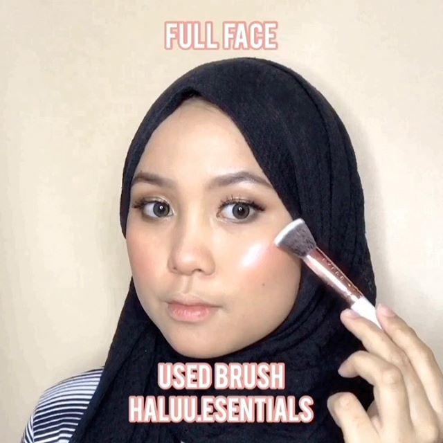 ✨ FULL FACE USED BRUSH ✨ . . Yuhuuu,makeup kali ini pake Marble Brush Set nya @haluu.essentials , terdiri dari 10 brush yang lengkapp, brushnya juga motif marble campur rosegold gitu cantikk bgtt, udah gitu bulu2 nya super lembutt dan padett😭💓 . . Selain Brush,mereka juga ada pembersih brush yang terdiri dari: 1.Color Swap : untuk bersihin brush tanpa dicuci 2.Carpet Brush : praktis banget,tinggal tempel dipermukaan datar & langsung bersihin deh pake air sabun @haluu.essentials @beautycreatorcommunity  #haluuinaja #bccxhaluu #bccindo #marblebrush #makeupchallenge #tiktokmakeup #playdate #tiktoksongs #tiktokindo #cchannelbeautyid #cchannelmakeupid #tutorialmakeup #makeupideas #makeuplebaran