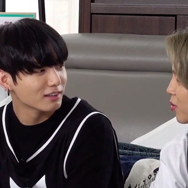 THE WAY JUNGKOOK STARES AT JIMIN IM GETTING BUTTERFLIES