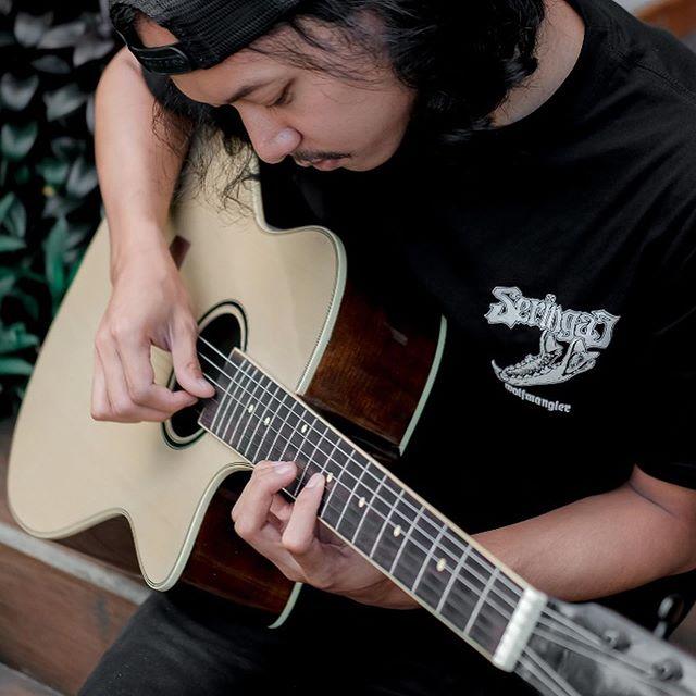 Belajar gitar biar bisa nyanyiin kamu pake gitar dari @gitarjogja .  Cari gitar yg Bagus,Murah,Berkualitas & Aman? Ya di @gitarjogja aja, pengiriman bisa sampai keseluruh Indonesia! . . . 📸 by: @dickydikiw  #gitarmurah #gitarjogja #gitarmurahjogja #gitarakustik #gitarklasik #gitarcover #gitartutorial #gitarpemula #gitaryamaha #gitarcort #gitartaylor #gitarcowboy