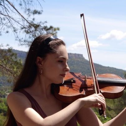 Honored to premiere this piece 'Voyage de rêve' written for me by composer Martin Torp 🥰 Thank you Martin for writing such a beautiful piece for solo violin! The full performance is on my YouTube channel as well as a link to download the score for free. 🌍 Filmed in the South of France country side