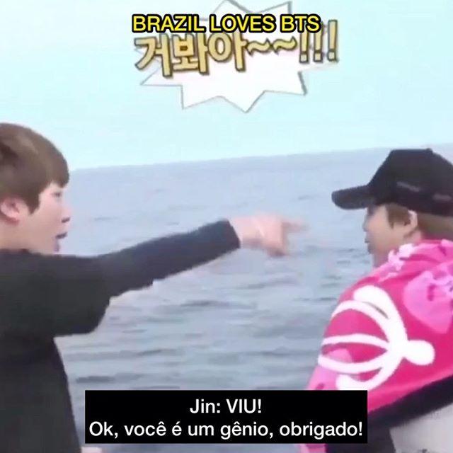 Não sei se o melhor desse vídeo é a discussão entre o #Jin e o #Jimin sobre golfinhos, ou o Jin mandando beijo para o homem que respondeu ele 😂