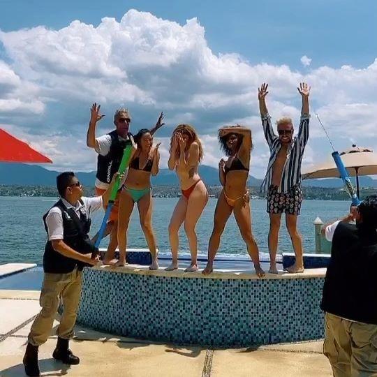 Ligando en Mexico con chicas que traen escoltas... 🤪🤷🏻♂️🇲🇽! Aperitivo de lo que se sube al video hoy! Desmadre de cumpleaños parte 2. 🎉 Bienvenidos a Tequeshore! 🔥