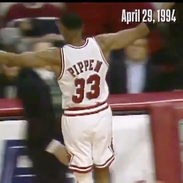 Un día como hoy pero de 1994,@scottiepippen ⛹️♂️ anotó 31 puntos, 12 rebotes y 5 asistencias ayudando a la victoria de los@chicagobullsen el Juego 1 de los #NBAPlayoffs, la primera vez sin Michael Jordan. 🏀 #ElÚltimoBaile.