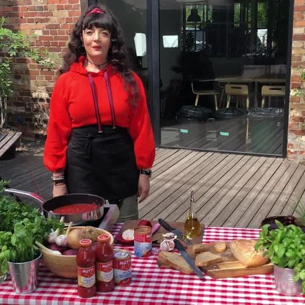 Jak przygotować prawdziwie włoski sos pomidorowy? Ja używam Pulpy od @muttipomodoropl! Oliwa, czosnek i najlepsze pomidory! 🍅   #mutti #pomidormutti #muttipomodoro #kuchnia #mojakuchnia #kuchniawformie #kuchniawloska #jedzenie #zdrowejedzenie #fitfood #czystamicha #będziepysznie #gotowanie #pomyslnaobiad #warszawa_love #zabawa #muzyka #pozytywnewibracje #radość #pasja #radośćzżycia #kochampolske @aliganza @timetrend.pl grazie ❤️🥰