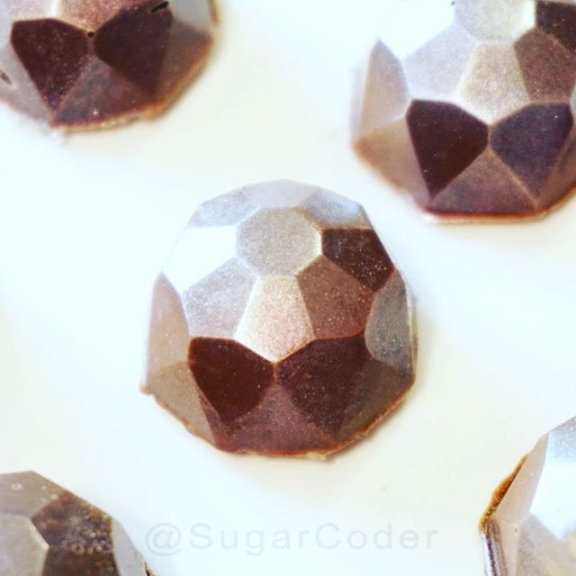 Easy chocolate gems! Add silver luster dust to give it bling. ☺️