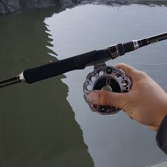 鄭握著釣竿不摸魚就是要釣魚