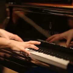 피아노 치는 여자